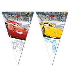 Guirlande Cars drapeaux pour une décoration réussie de la salle de fêtes d'anniversaire.