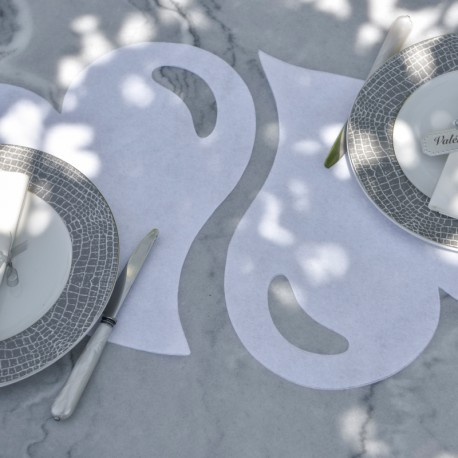 50 Sets de table cœur fuchsia. Le style de découpage permet un habillage unique de votre table de réception.