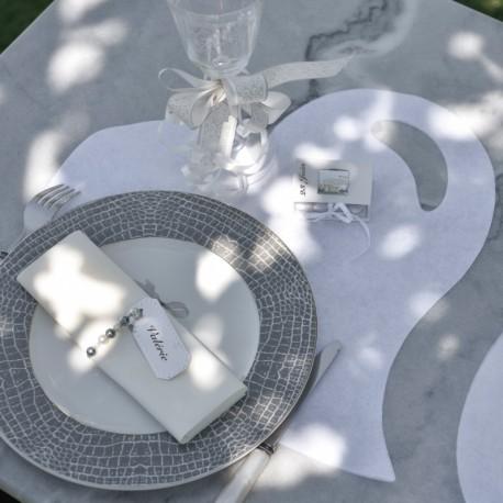 50 Sets de table cœur blanc. Décoration de table originale quelle que soit la couleur choisie.