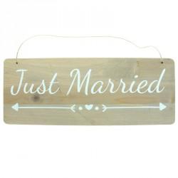 """Pancarte en bois """"Just Married"""" pour """"annoncer la couleur"""" de votre fête de mariage."""