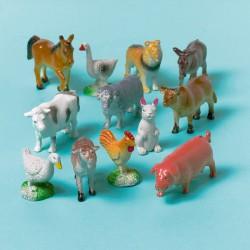12 petits animaux de la ferme en plastique pour créer une déco de table originale.