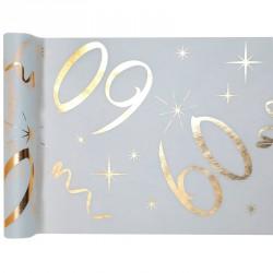 Chemin de table Anniversaire 60 ans blanc et or pour donner à la décoration de votre table un côté chic et moderne.