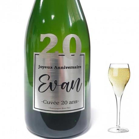 Originale cette bouteille avec une étiquette personnalisée pour vos 20 ans