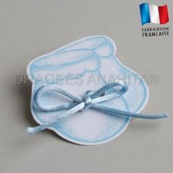 etiquette à dragées en forme de chausson bleu